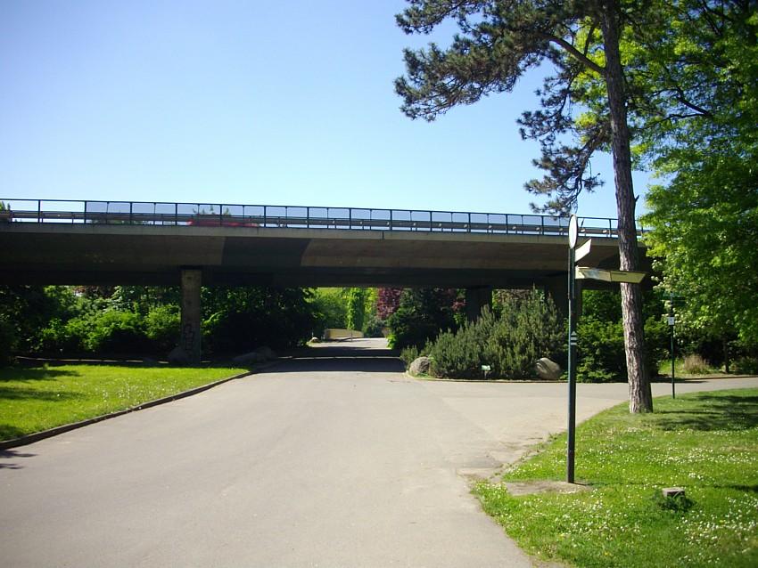 Die Hochstraße der Bundestraße B2 mitten durch den agra-Park
