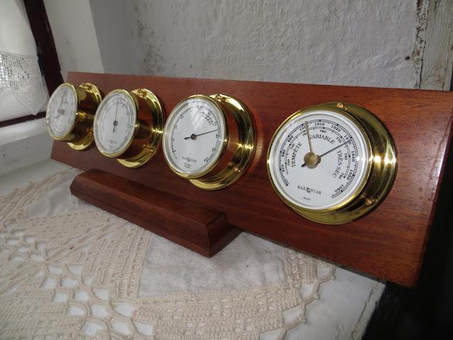 Fotografia Macro de Relógio, Termómetro, Higrómetro e Barómetro.  Fotos de aparelhos para medir o tempo, a temperatura a pressão atmosférica e a humidade do ar
