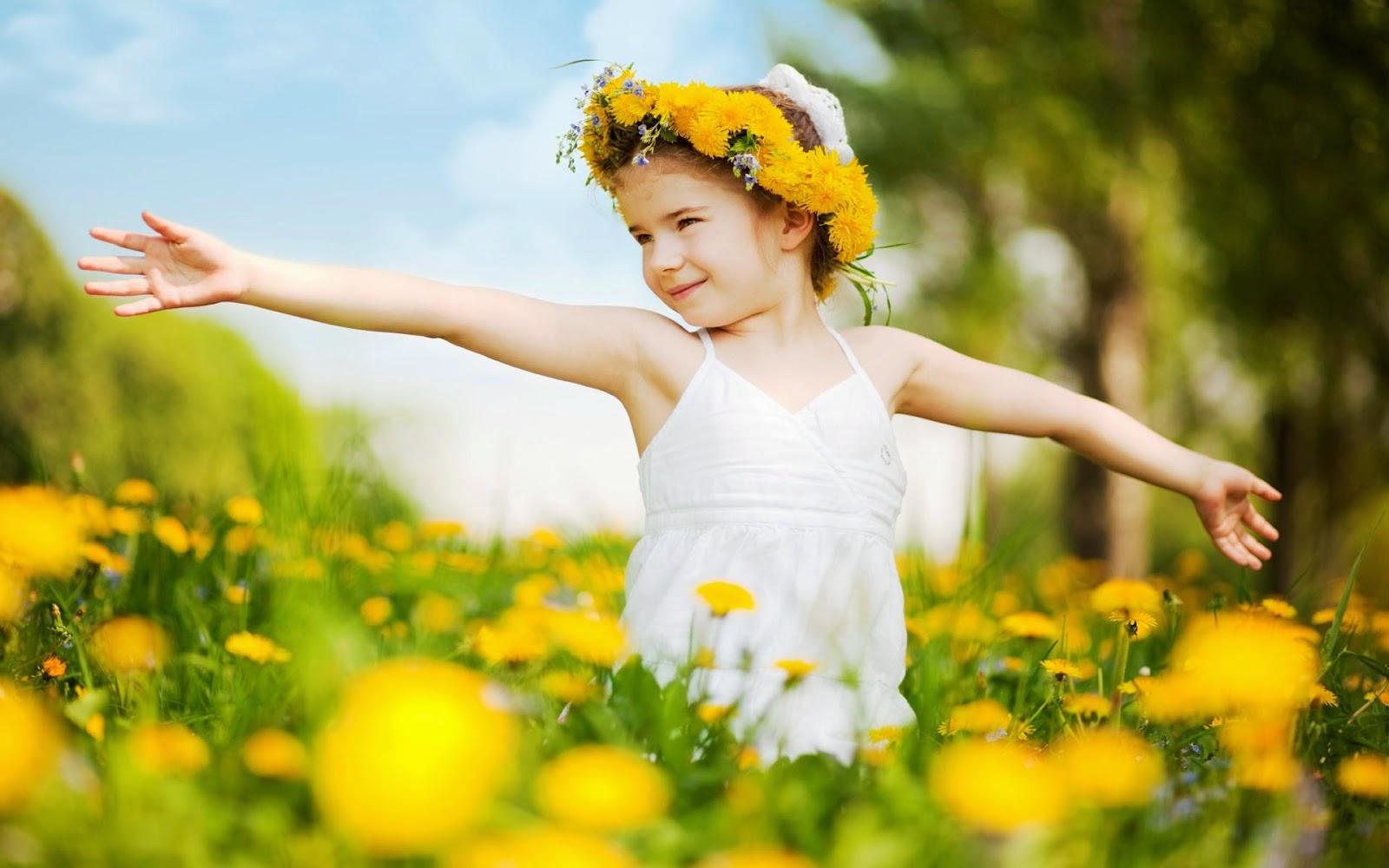 Foto anak perempuan pakai topi bunga