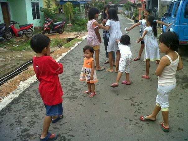 bahaya anak terlalu dibebani belajar dan les dan kehilangan waktu bermain