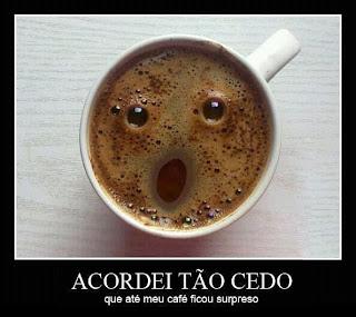 Acordei tão cedo que até meu café ficou surpreso.