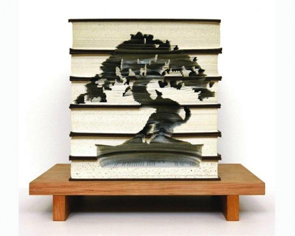 Elegante árboles tallados en 3D, dentro de libros desechados.