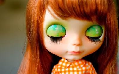 Muñeca con ojos cerrados