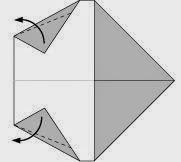 Bước 4: Gấp chéo hai góc giấy ra ngoài.