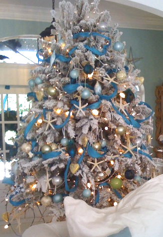 25 coastal christmas holiday trees inspired by the sea for Blue gold and white christmas tree