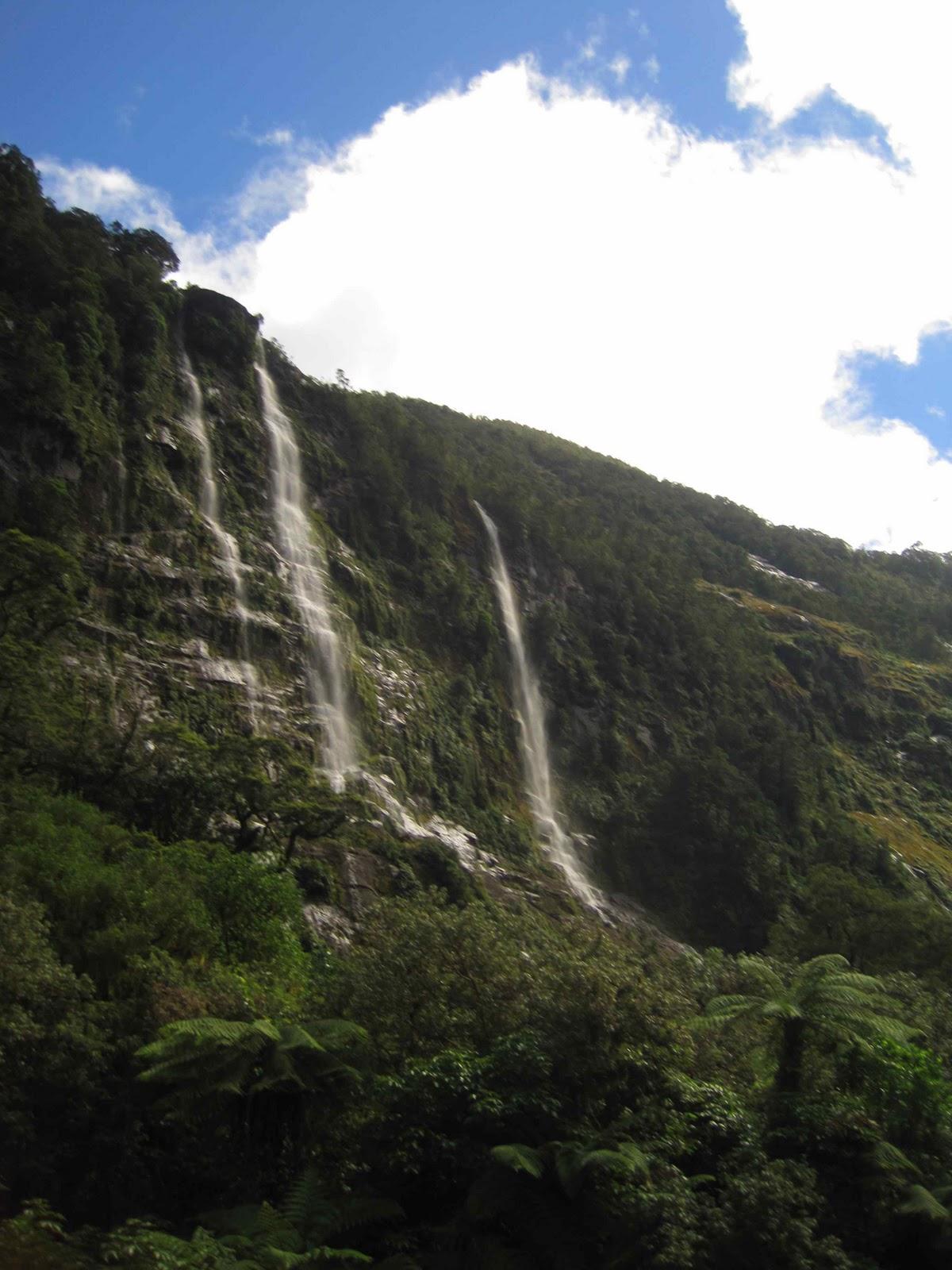 http://3.bp.blogspot.com/-IJwmkJu_BxI/TZEdwcUBHsI/AAAAAAAAAb4/FbvZiUg9A14/s1600/Milford4_Waterfalls.jpg