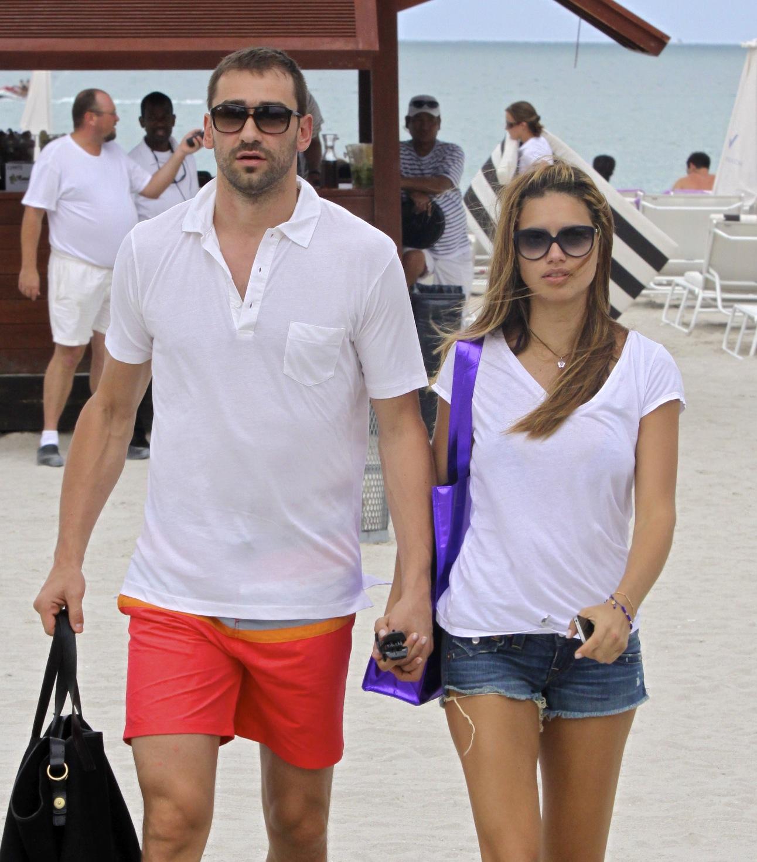 http://3.bp.blogspot.com/-IK3-lnqFBa8/T8r-5S_xw-I/AAAAAAAAHjc/0FFe-UJclk4/s1600/Adriana+Lima+with+husband+new+pic+2012+09.jpg
