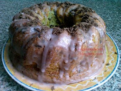 Aszalt szilvás kuglóf recept, kevert tésztás sütemény, marcipán ízű mázzal és reszelt csokoládéval.