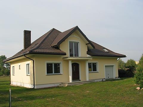 Brązowy dach białe okna jaka elewacja
