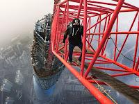 Fotografer 'Ninja' Nekat Ambil Foto dari Gedung Tertinggi di China