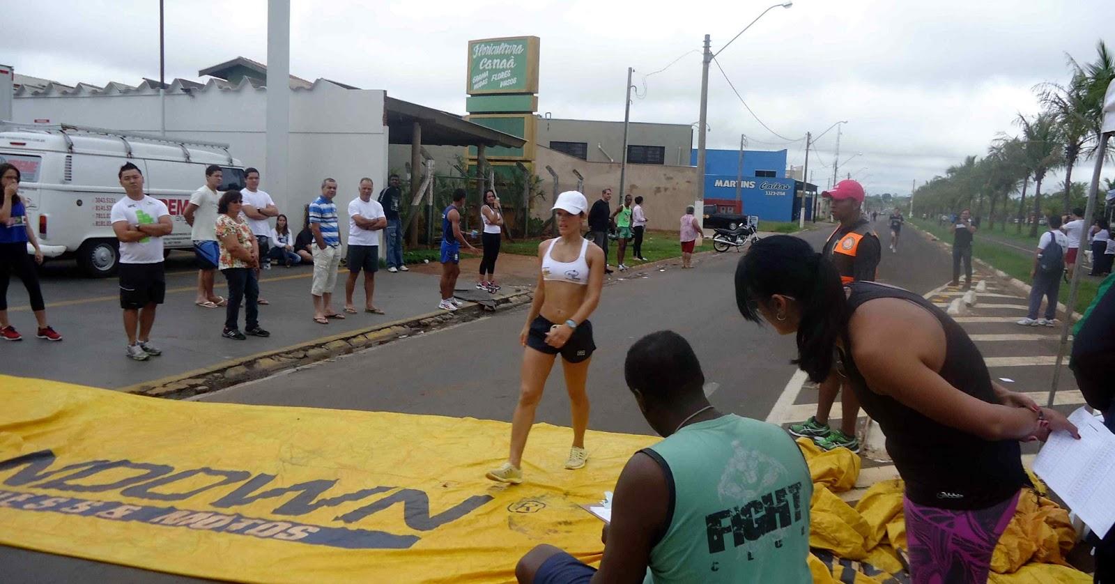 Foto 94 da 1ª Corrida Av. dos Coqueiros em Barretos-SP 14/04/2013 – Atletas cruzando a linha de chegada