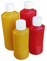 Recipiente pentru mustar si ketchup - Ø83x(H)194 mm 0.6 Lit si Ø97x(H)255 mm 1.1 Lit.   Sticlele au o sectiune ovala, usor de strans.Forma  stabila.Confectionate din polietilena, nu se recomanda spalarea la masina de spalat