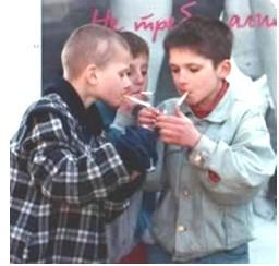 Sexy fumando los pulgares de adolescentes