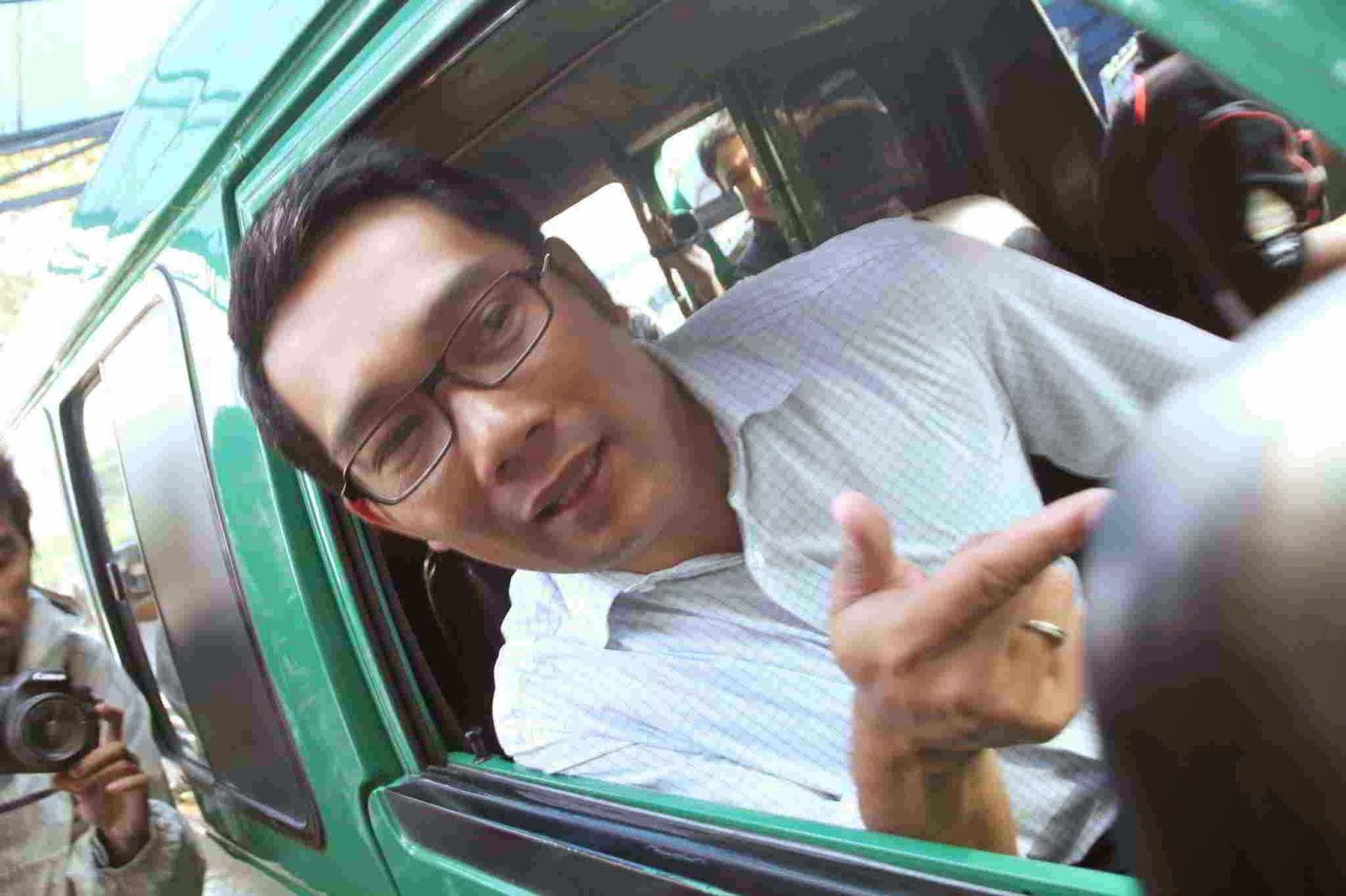 Aksi Unik Wali Kota Bandung Ridwan Kamil jadi supir angkot