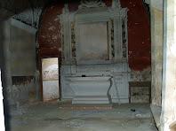 Interior de la capella de Sant Jacint amb l'altar barroc de fusta
