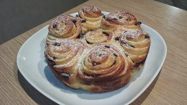 dal libro croissant e biscotti ecco la torta di rose con gocce di cioccolato