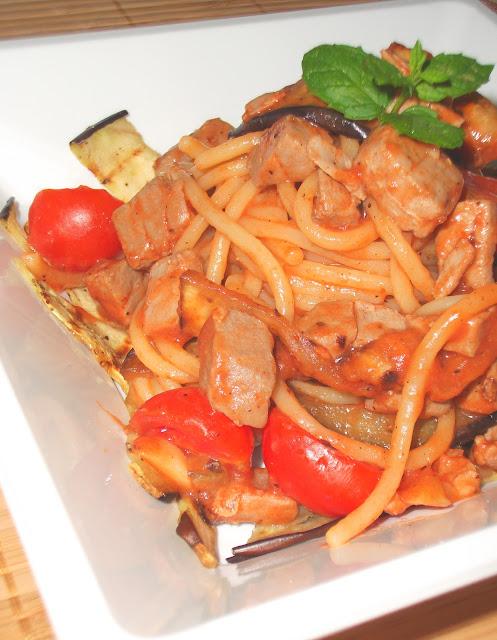 La tavola allegra spaghettoni con tonno fresco melanzane grigliate e pomodorini senza olio - Cucinare tonno fresco ...