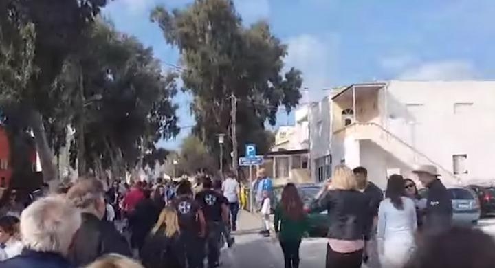 Χρυσή Αυγή Σαντορίνης και Έλληνες πολίτες σταμάτησαν παρέλαση με αλβανίδα σημαιοφόρο