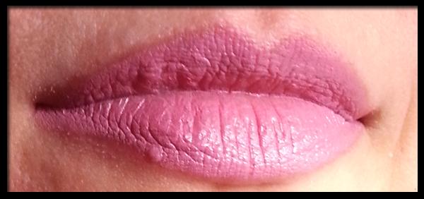 MAC Lipstick in Snob Swatch su labbra