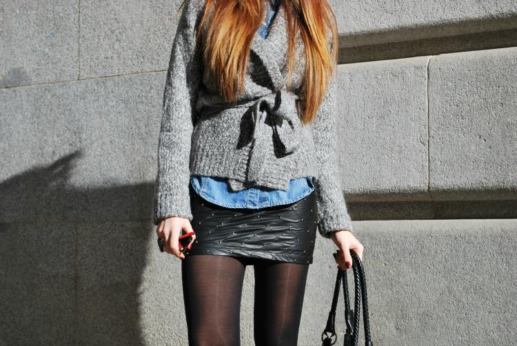 Camisa vaquera y falda de cuero, un must