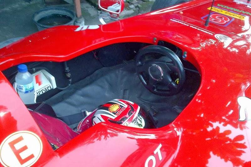 Single seater dan sempit, mirip banget dengan F1 asli gan