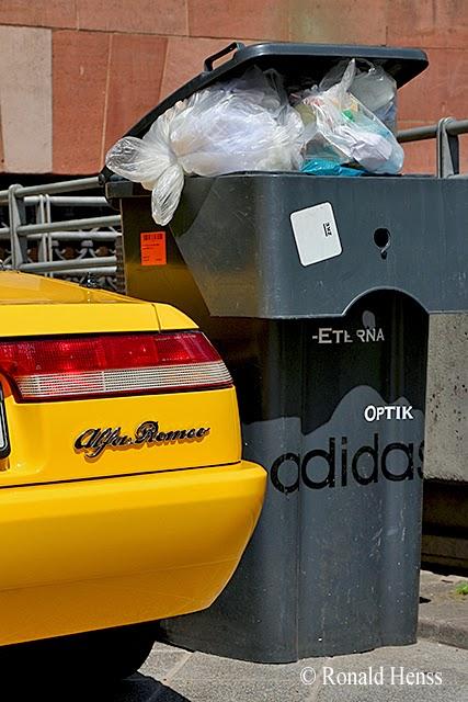 lustige Fotos - Müll - Auto - Sportwagen - Alfa Romeo - Mülltonne