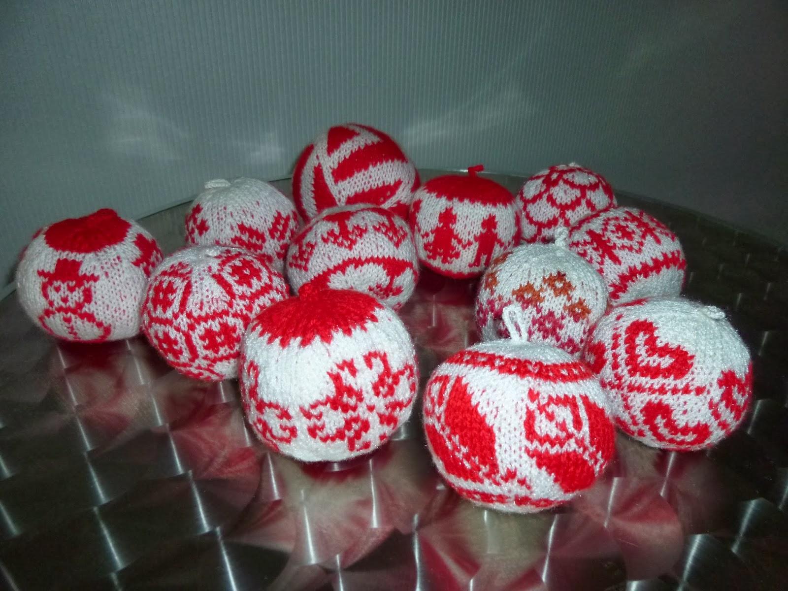 longchamp bricole boules de no l au tricot blanc et rouge. Black Bedroom Furniture Sets. Home Design Ideas