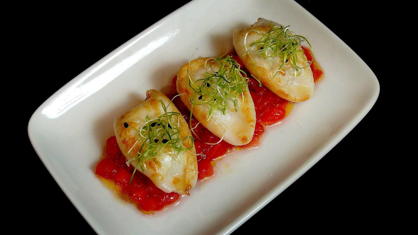 Cocinar para los amigos: Txipirones con ensalada de tomate