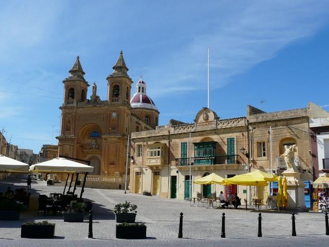 Główny plac i kościół w Marsaxlokk - Malta