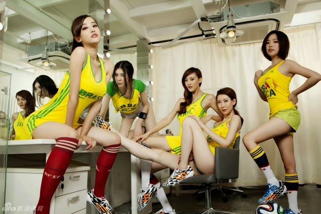 """Người đẹp Châu Á mặc """"kiệm vải"""" cổ vũ World Cup"""