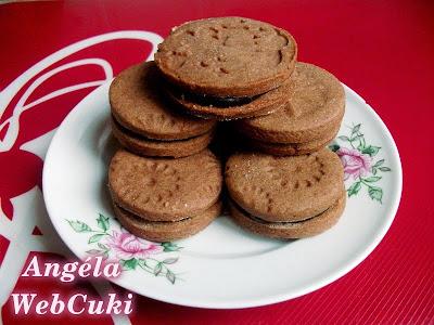 Csokoládékrémmel töltött kekszek, mézeskalács fűszerkeverékkel, valamint gyömbérporral ízesített, könnyen és gyorsan elkészíthető, egyszerű sütemény.