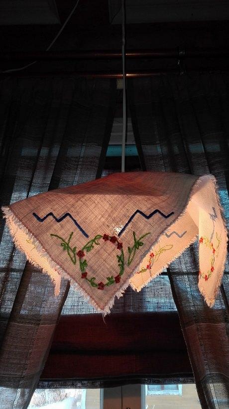 Keittiön ikkunan suutarilampun liina vaihtuu vuodenajan mukaan.