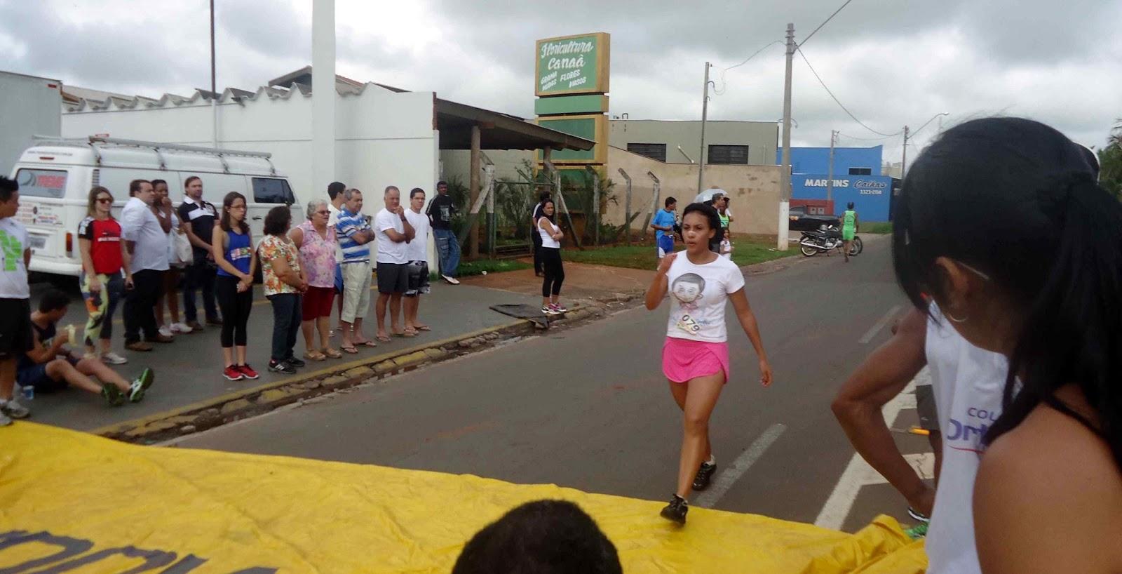 Foto 135 da 1ª Corrida Av. dos Coqueiros em Barretos-SP 14/04/2013 – Atletas cruzando a linha de chegada