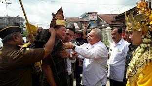 Meski di Tanah Melayu, Kajati Jambi JW Purba Disematkan Gotong dan Hiou Simalungun Saat Kunker