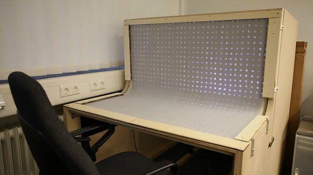 مكتب يعمل ككمبيوتر ثلاثي الأبعاد باللمس 0222.jpg