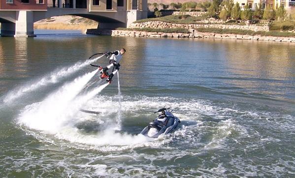 Nuevo deporte extremo combina un Jet Pack con una Moto de Agua – Impresionante