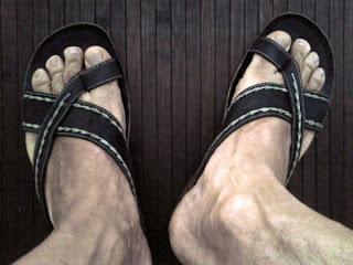 Homem usando chinelo slide de couro - Pés Masculinos
