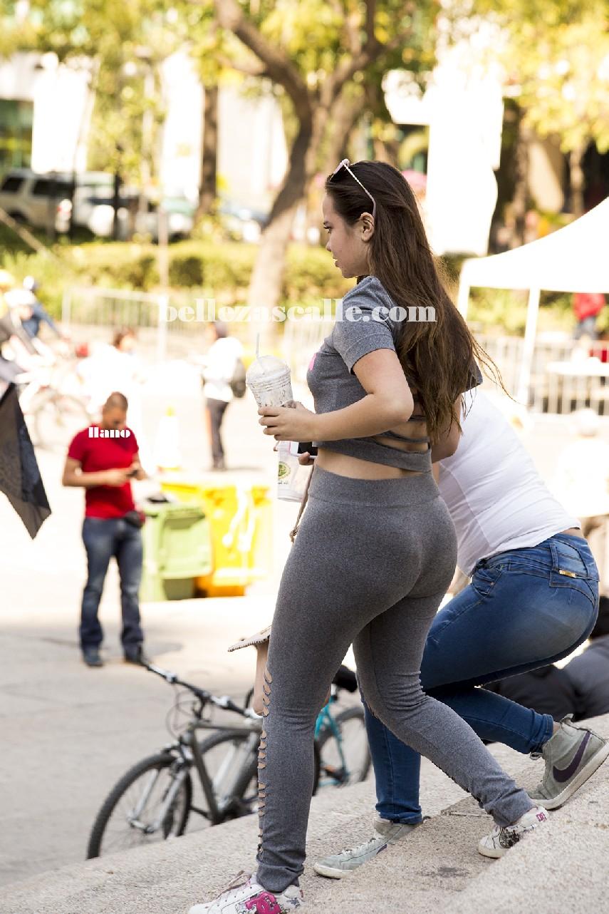 03 chica con pantalones ajustados y se le marca el culo - 2 part 8