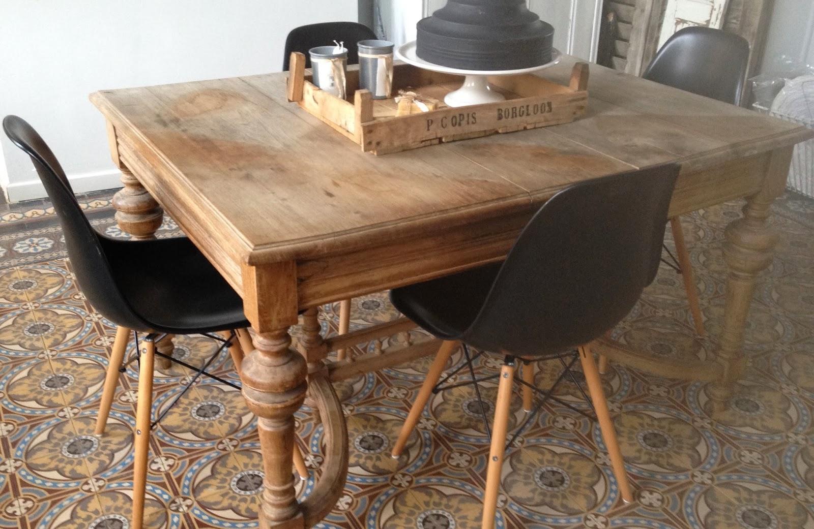 Jadis et nagu re trop contente for Table ancienne et chaises modernes