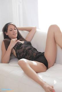 hot girl open legs coolaristo 23 Διάσημα Πόδια, Ερμητικά Ανοιχτά! (photos part3)