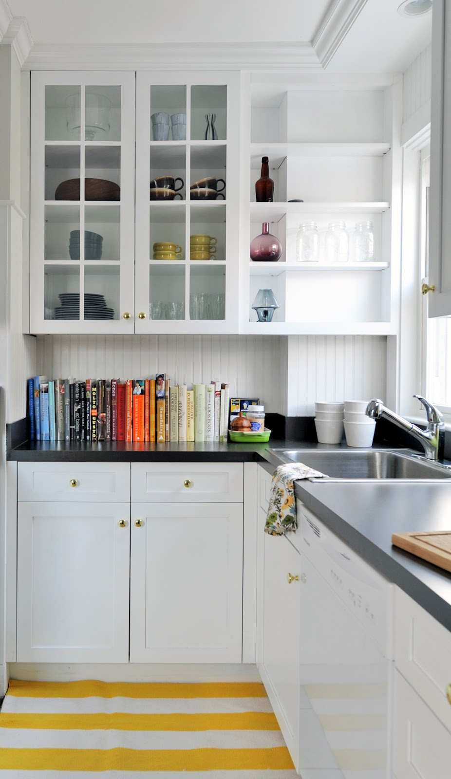 Refresheddesigns trend to try open shelving in the kitchen for Alacenas para cocina