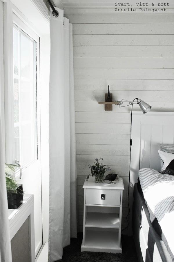 sovrum, mörkläggningsgardiner, hemtex, vita gardiner, klämspot, lampa, sänglampa, huvudgavel, trägavel, sänggavel, vitt, vita, liggande panel, hylla, blommor, dekorationer på sängbordet, detaljer, sängbord, heltäckningsmatta, fönster, fjädersparris, eiffeltornet, eiffeltorn,