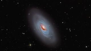 também chamada de M64 ela está repleta de novas estrelas. Seu centro possui bastante hidrogênio, indicando formação de novas estrelas. O mais intrigante dessa galáxia é que estrelas e o gás na parte avermelhada giram para um lado, enquanto, a poeira em torno da estrutura gira para o outro.