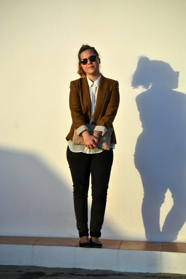 look_outfit_blazer_marrón_camisa_blanca_bailarinas_joya_nudelolablog_05