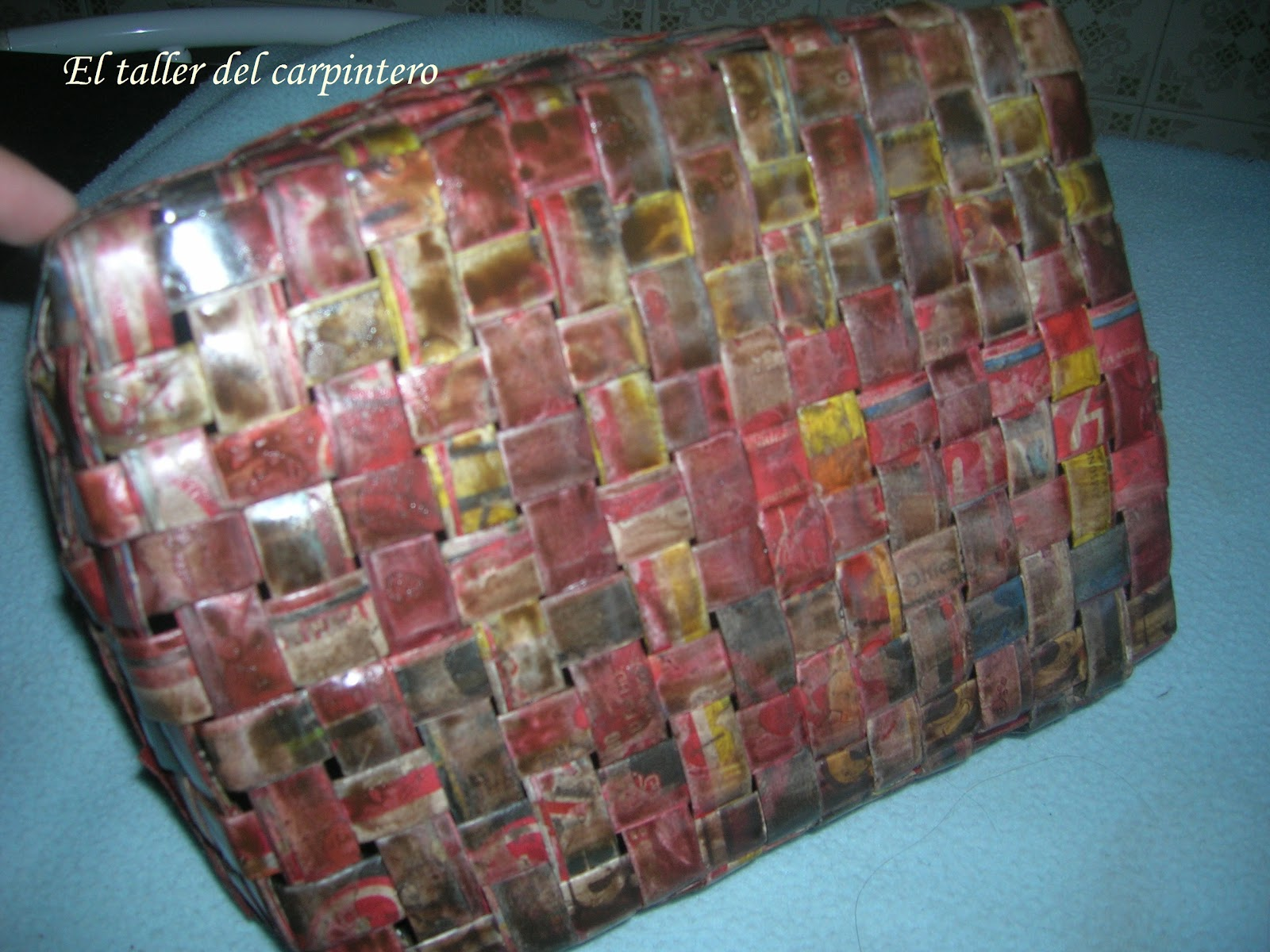 Cesta de mimbre hecha de papel periodico car interior design - Cestas de papel periodico ...