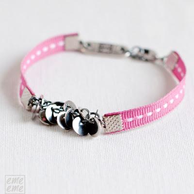 bisuteria,jewelry,handmade,etsy,pulsera,bracelet,disco,plateado,metalico,metal,charm,silver,disc,cinta,ribbon,puntadas,blancas, white,stitches,rosa,pink
