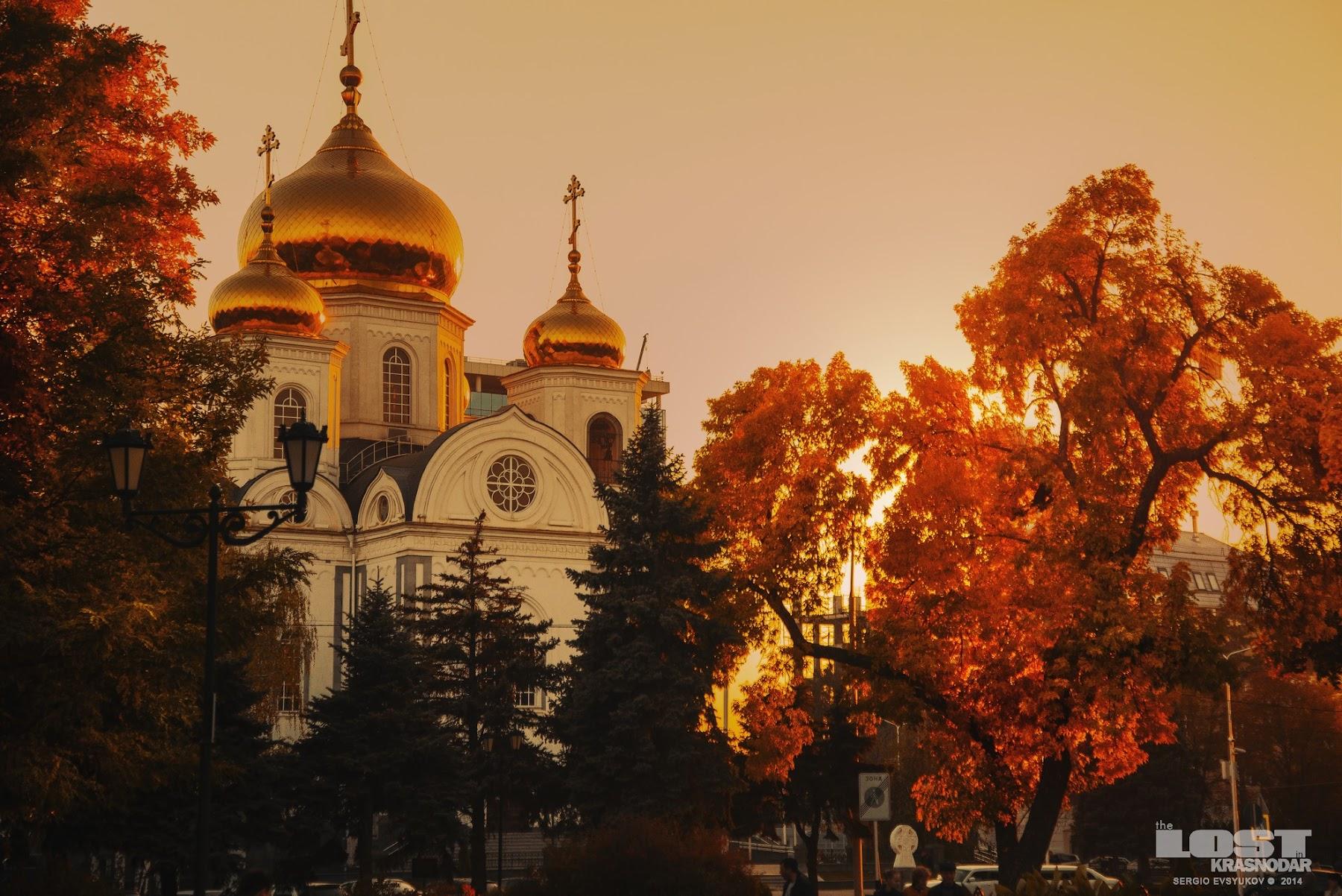 Храм с пожелтевшими деревьями Екатерининского сквера в Краснодаре