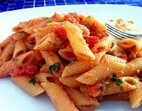 Penne ao Molho de Tomates Frescos e Ricota de Castanhas (vegana)