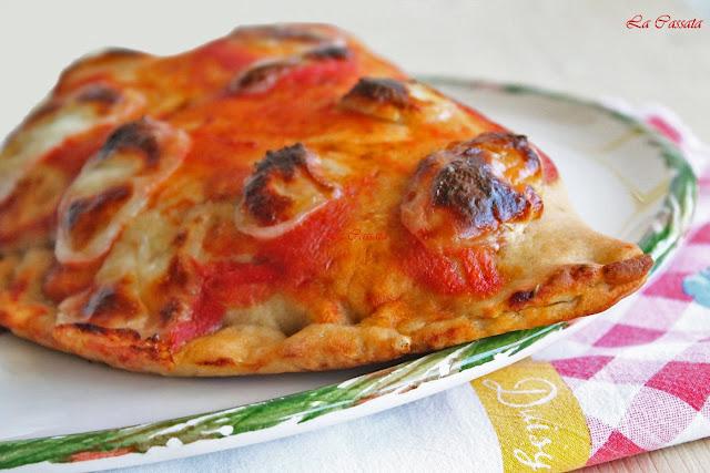 pizza calzone con mozzarella, prosciutto e melanzane fritte (anche senza glutine)