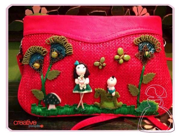 Bolso de rafia en fucsia decorado a mano por Sylvia Lopez Morant